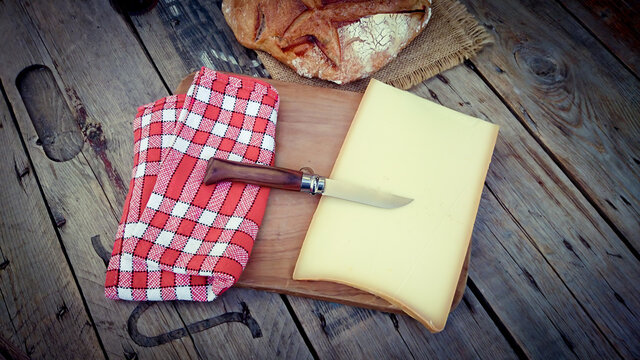 morceau de fromage Abondance sur une planche à découper