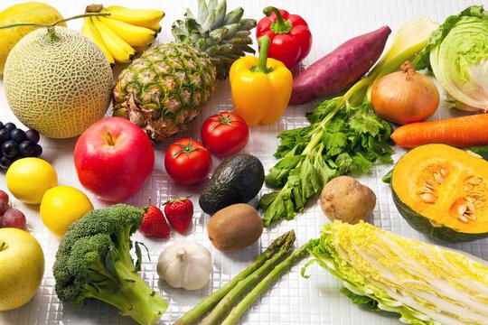 野菜・果物の集合(バナナ、パイナップル、パプリカ、セロリ、リンゴ、メロン、玉ねぎ、トマト、イチゴ、レモン、サツマイモ、カボチャ、ブロッコリー、白菜、その他)