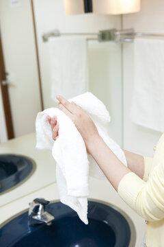 手を拭く女性