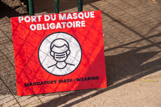 French / English signage stating that face coverings are required
