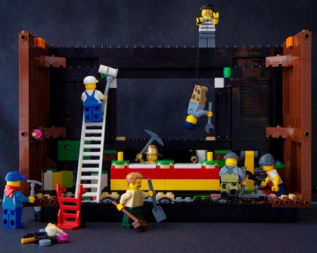 Lippstadt - Deutschland 6. Oktober 2020 Lego Minifiguren bei der Reparatur einer Spielkonsole