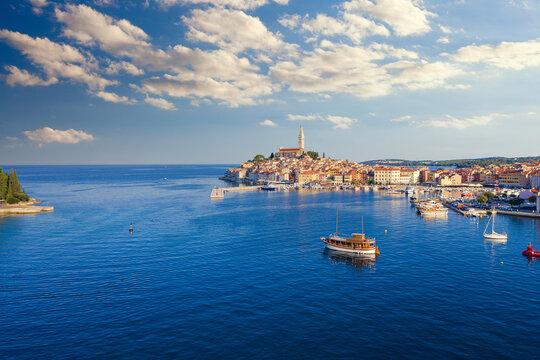 Aussicht auf den Hafen und die Altstadt von Rovinj in Kroatien