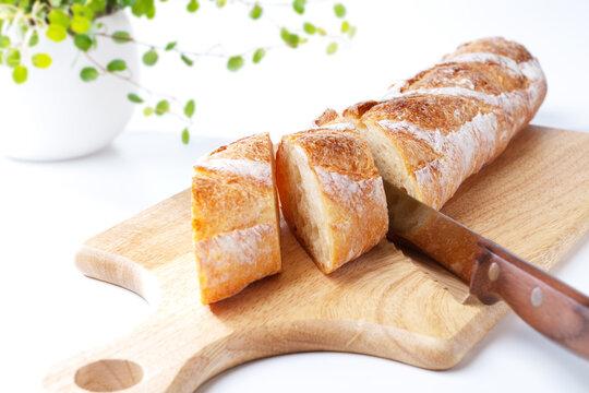 バゲット(カッティングボードの上でカットしたフランスパン)