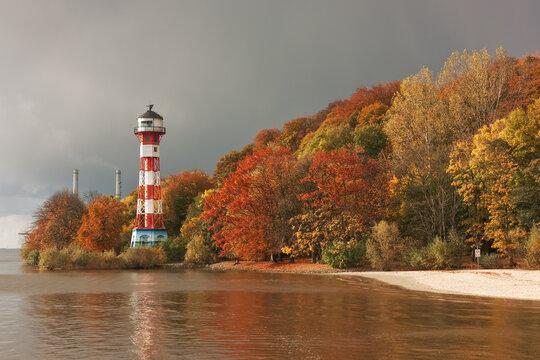 Herbst an der Elbe bei Hamburg mit dem Leuchtturm Wittenbergen. Abendlicht mit bedecktem Himmel.