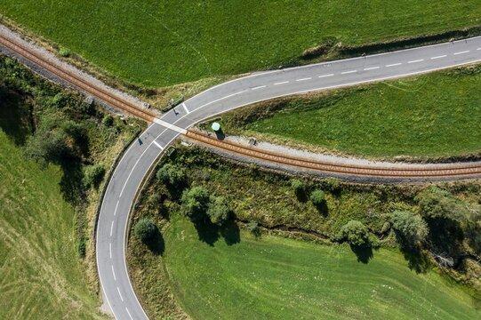 Bild einer Luftaufnahme mit einer Drohne eines unbeschrankten Bahnüberganges im bayerischen Wald bei Grafenau, Deutschland