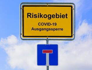 Ortsschild im Risikogebiet mit COVID-19 Ausgangssperre