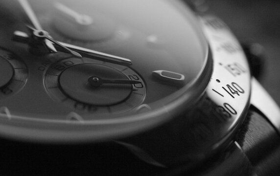 Detalle (close up) de la esfera de un reloj cronógrafo de muñeca (macro)