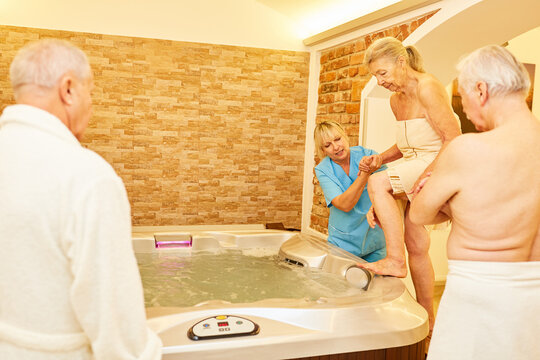 Senioren bei der Aquatherapie im Whirlpool