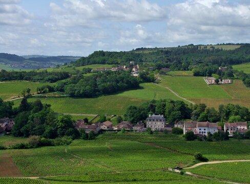 Village de Mercurey en Bourgogne entouré de vignes.