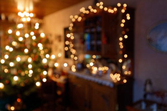 Weihnachtliche Raumbeleuchtung in abstrakter Unschärfe