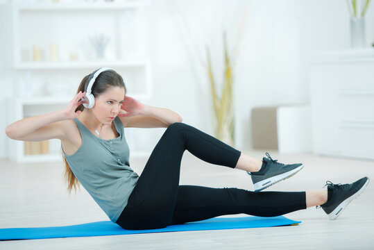 a young woman exercising doing situps