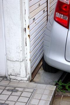 玄関先にギリギリに停めた路上駐車
