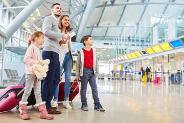 Photo sur Plexiglas Dinosaurs Familie wartet auf den Anschlussflug im Terminal