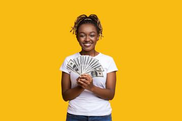 Photo sur Plexiglas Dinosaurs Happy black woman holding money on yellow background