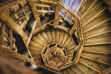 Scala di legno a spirale visto dall'alto, architettura storica, concetto di profondità