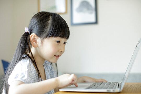 ノートパソコンを操作する女の子
