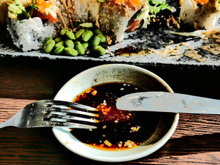 Photo sur Plexiglas Roe California roll sushi lunch with edamame beans, chili mayonnaise, white roe and seaweed