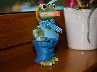 Obraz żaba zabawka figurka miniaturka dekoracja - fototapety do salonu