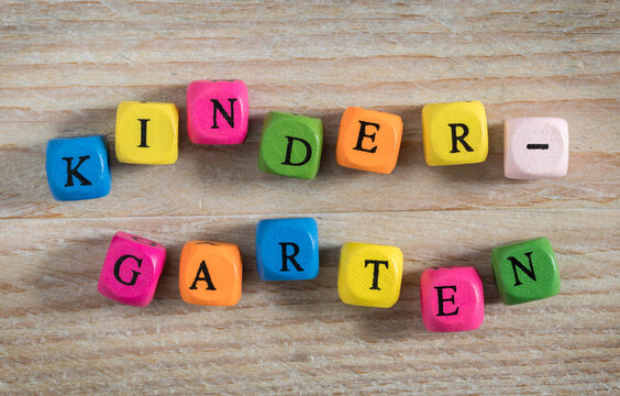 Kindergarten Buchstabenwürfel  Konzept auf Holzuntergrund