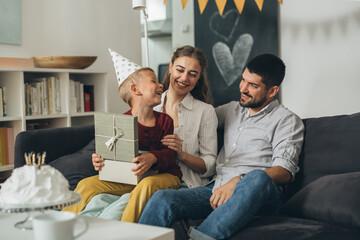 Photo sur Plexiglas Dinosaurs family celebrating birthday at home