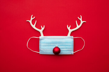 Printed kitchen splashbacks Akt Festive christmas reindeer made from face mask and decorations