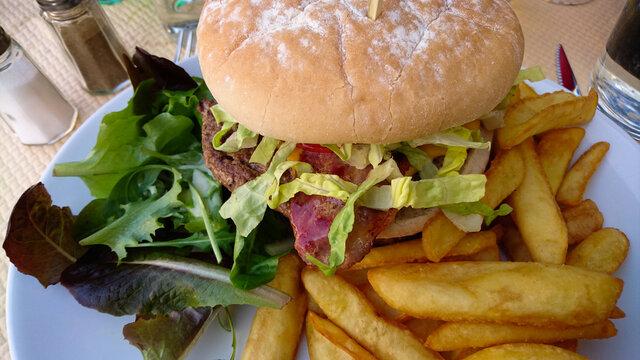 burger au boeuf et bacon dans une assiette