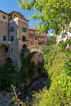 Brücke über einen Fluss in der Altstadt von Bagnone in der Toskana in Italien