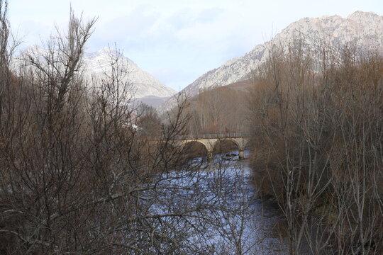"""Castilla y León. León. Villayandre. Río Esla. """"Ningún hombre pisa el mismo río dos veces, porque no será el mismo río y él no será el mismo hombre"""". Heráclito."""