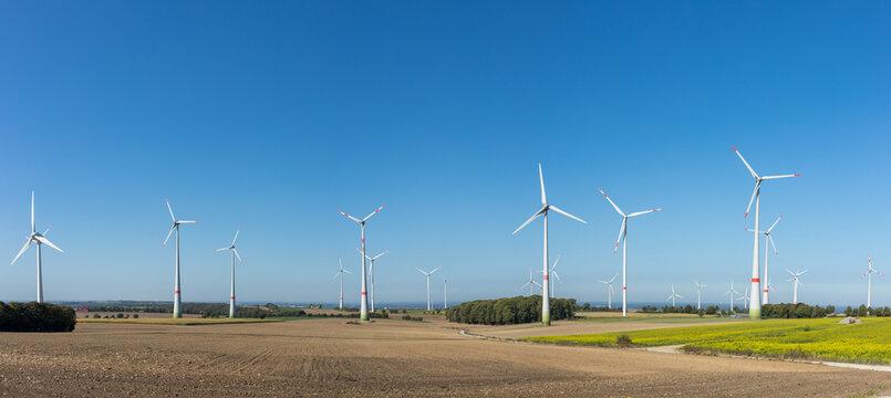 Panorama einer Landschaft mit Windrädern