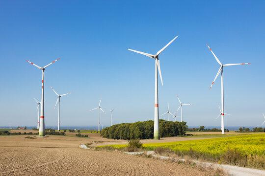 Windpark zwischen einer Agrarfläche