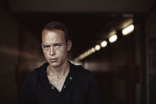 Contemplating man wearing black t-shirt while in tunnel