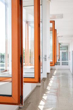 Geöffnete Fenster auf einem Gang in einer Schule