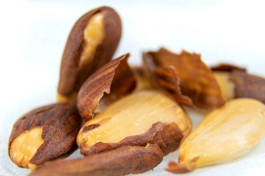Pelando almendras. Quitar la piel de las almendras para proceder a su consumo o cocinar.