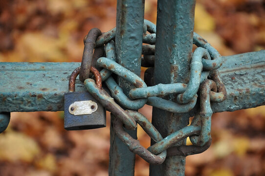 background rusty chain and lock close the iron gate