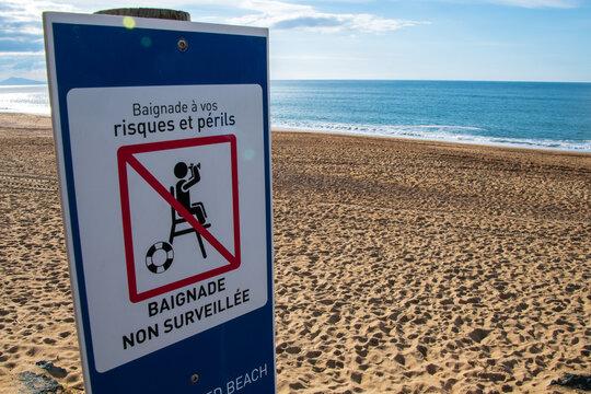 Panneau écrit en Français signalant une plage non surveillée. Côte atlantique, Anglet, France