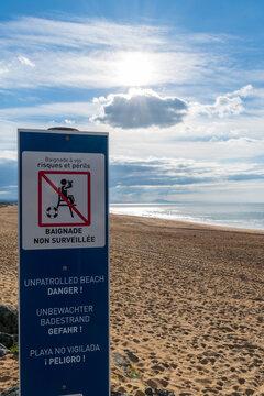 Panneau écrit en Français, en Anglais, en Allemand et en Espagnol, signalant une plage non surveillée. Côte atlantique, Anglet, France