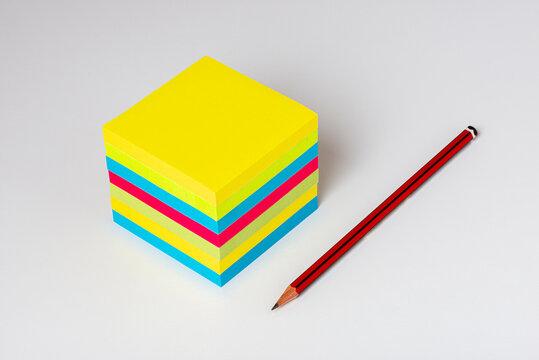 Bloc de post-it en vue isométrique  avec un crayon à  papier