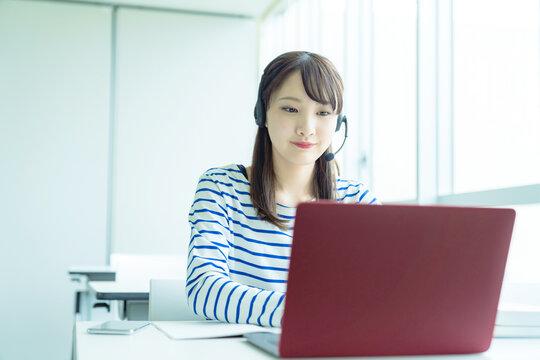 ビデオ通話する女性 オンライン授業
