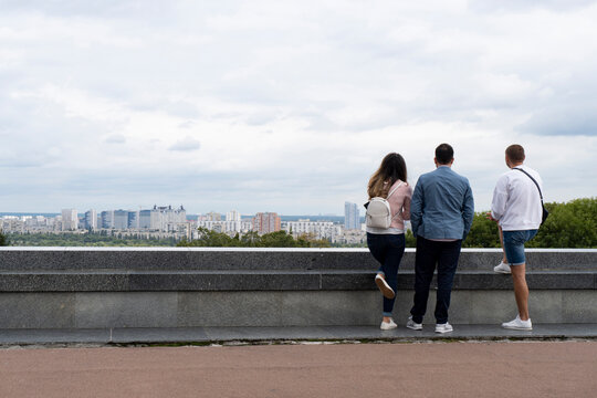 Guys and woman looking at the panoramic city.