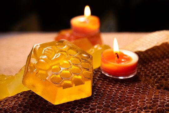 Savons naturels et artisanaux faits à partir de miel d'abeilles