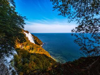ein romantischer Blick auf die Kreidefelsen von Rügen