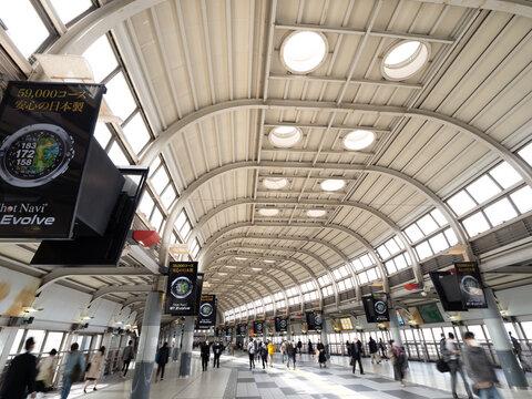品川駅のコンコース。新幹線と在来線の改札口をつないでいます。2020年10月、東京都港区にて撮影。