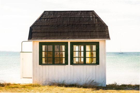 weisses Badehäuschen auf der Insel Ärö