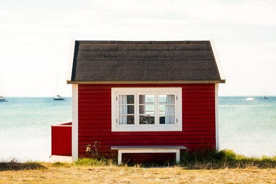 rotes Badehäuschen auf der Insel Ärö