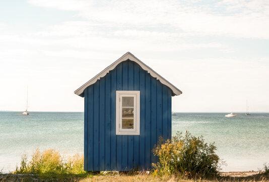 Blaues Badehäuschen auf der Insel Ärö
