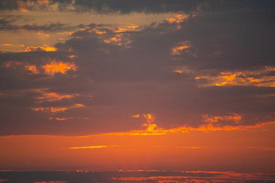 Sonnenuntergang am blutroten Himmel