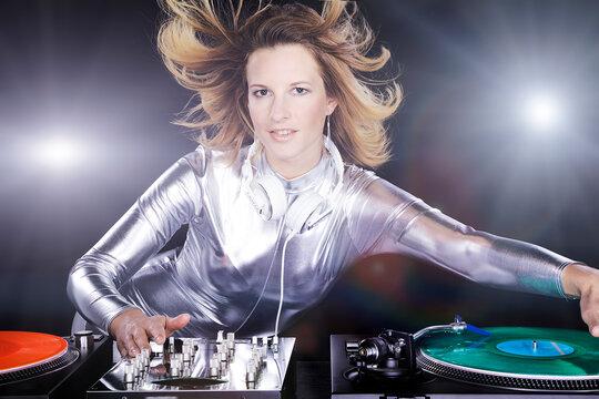 Weiblicher Discjockey mischt Musik ab