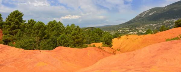Photo sur Plexiglas Orange eclat Panoramique tapis de roches rouges du Colorado provençal de Rustrel (84400), Vaucluse en Provence-Alpes-Côte-d'Azur, France