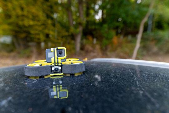 FPV Drohne auf einem Autodach