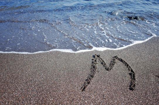 바닷가 젖은 모래 위에 쓴 글자